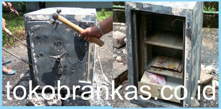Proses Pengujian Brankas Tahan Api setelah dibakar